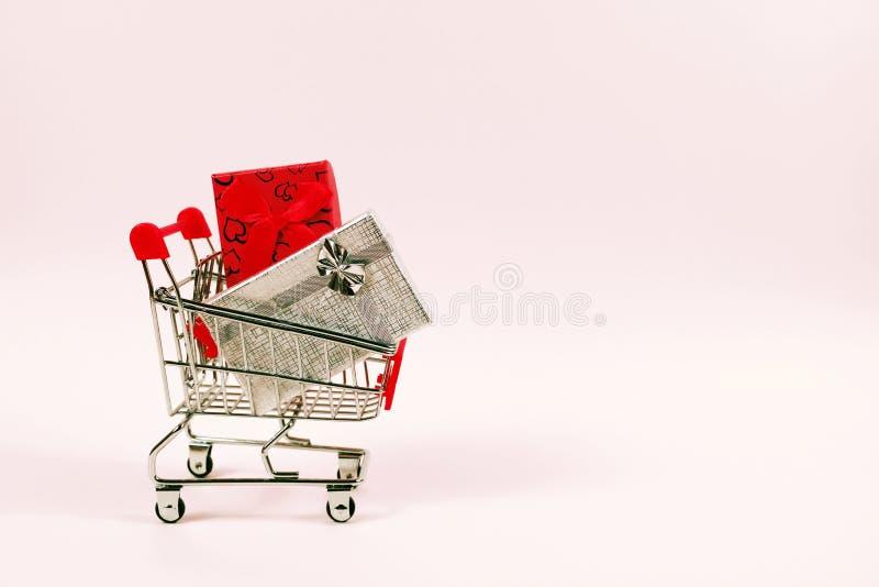 Online zakupy pojęcie, wózek na zakupy z prezentów pudełkami obraz royalty free