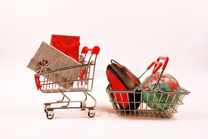 Online zakupy pojęcie, wózek na zakupy z prezentów pudełkami obrazy royalty free