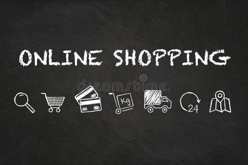 Online zakupy tekst, ikony na kredowej deski tle i royalty ilustracja