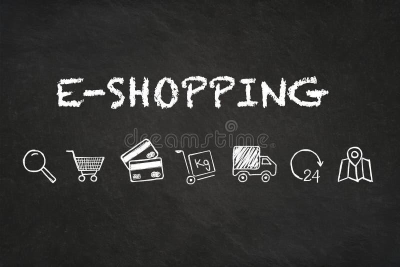 Online zakupy tekst, ikony na kredowej deski tle i ilustracji