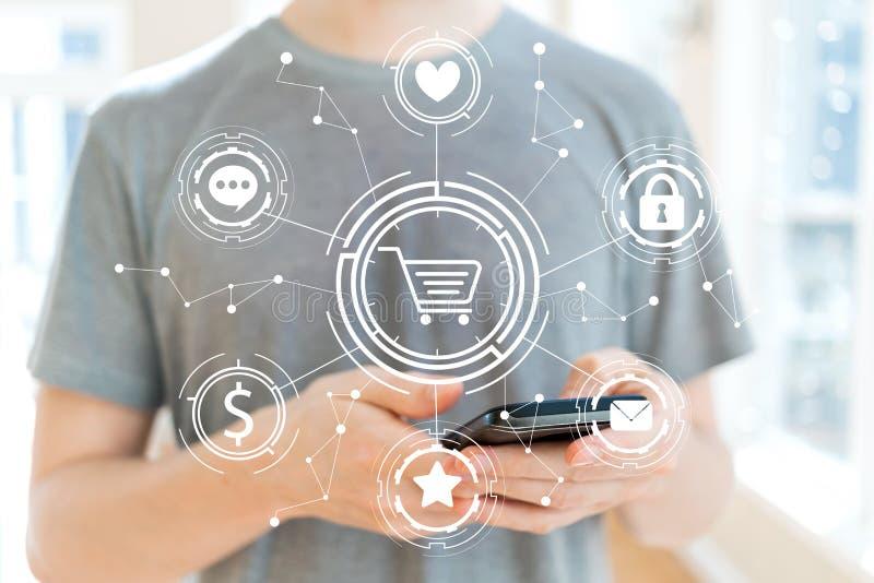 Online zakupy temat z mężczyzna używa smartphone obraz stock