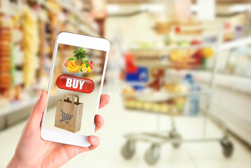 Online zapłaty lub wisząca ozdoba interneta bankowość pojęcie - kobieta wręcza mienia używać smartphones dla robić zakupy i karty fotografia royalty free