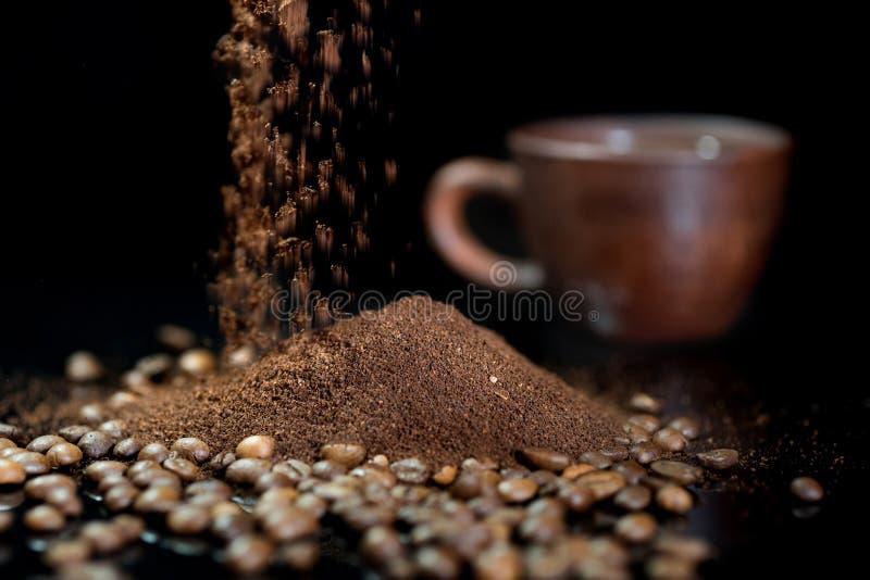 Onmiddellijke koffie tegen de achtergrond van koffiebonen royalty-vrije stock afbeeldingen