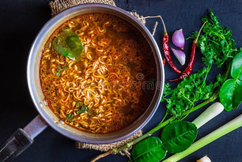Onmiddellijke noedels in kruidige pot met kruiden en groenten stock fotografie