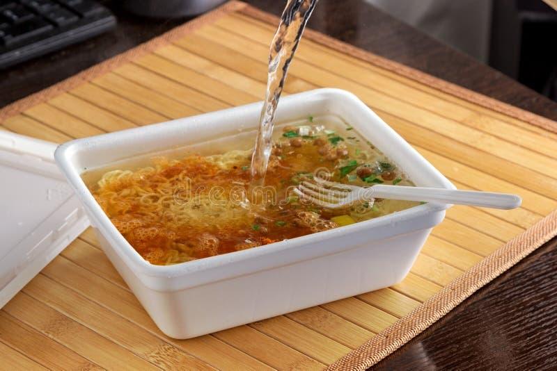 Onmiddellijke noodles brouwen in plastic verpakking, close-up, top view, junkfood, fast food royalty-vrije stock foto's