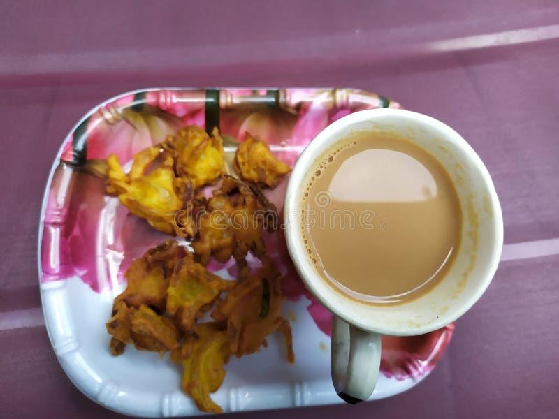 Onnions-Mehlkloß mit heißem Tee, indischer Teller lizenzfreie stockfotos