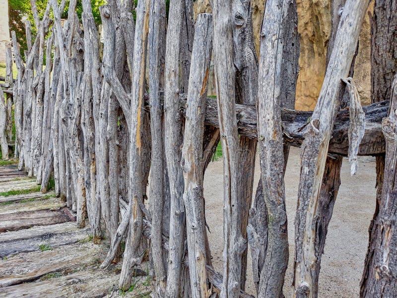 Ono fechtuje się z suchymi drewnianymi belami obrazy stock