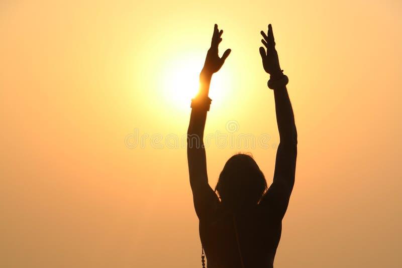 Ono modli się dla światła, joga fotografia royalty free