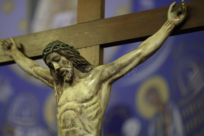 Ono modli się dla jezus chrystus w krzyżu fotografia royalty free