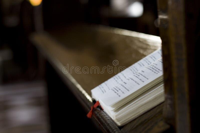 Ono modli się książka obraz royalty free