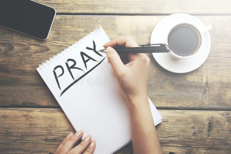 Ono modli się na notatniku fotografia stock