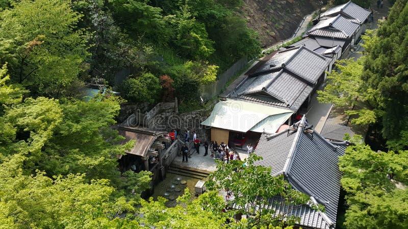 Ono modli się przy Kiyomizu świątynią zdjęcia royalty free