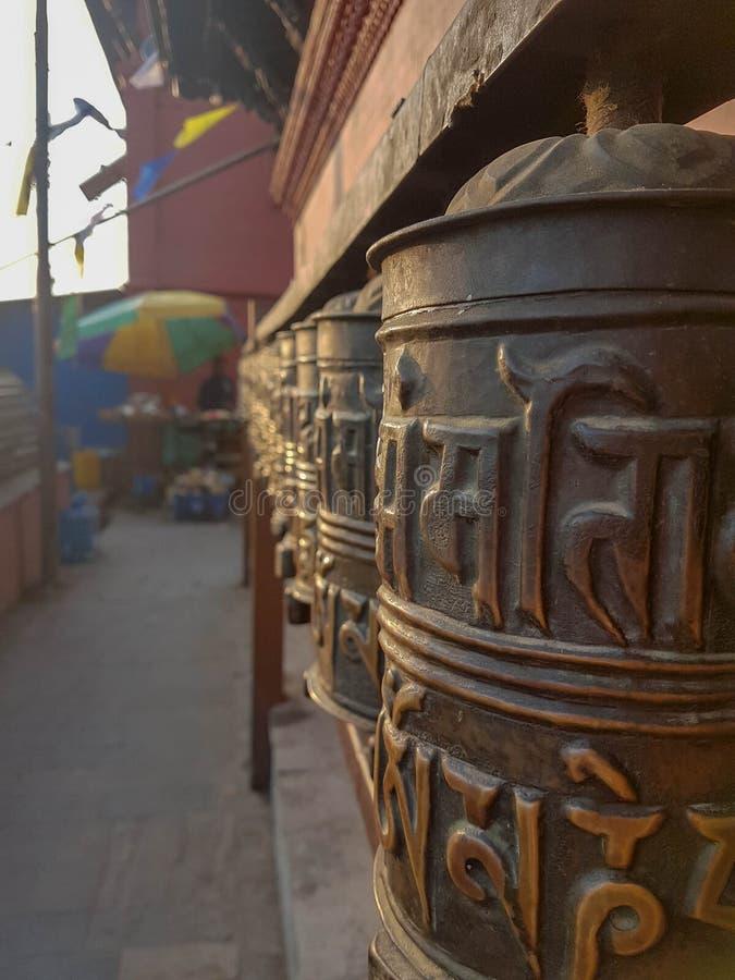 Ono modli się toczy przy Buddyjską świątynią Swayambhunath znać jako Małpia świątynia kathmandu Nepal obrazy royalty free