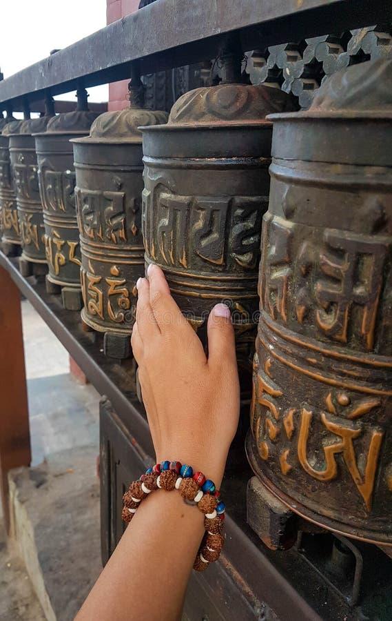 Ono modli się toczy przy Buddyjską świątynią Swayambhunath znać jako Małpia świątynia kathmandu Nepal obraz stock