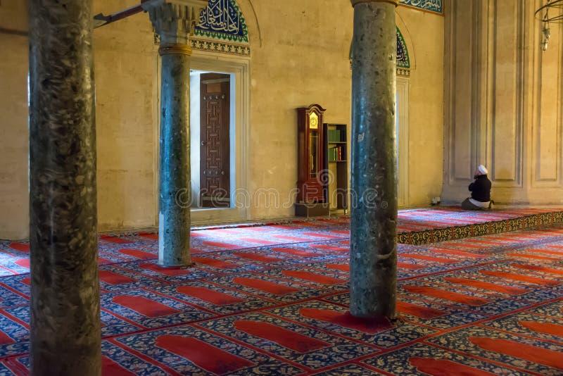 Ono modli się w muslims meczetowych w Turcja zdjęcia stock