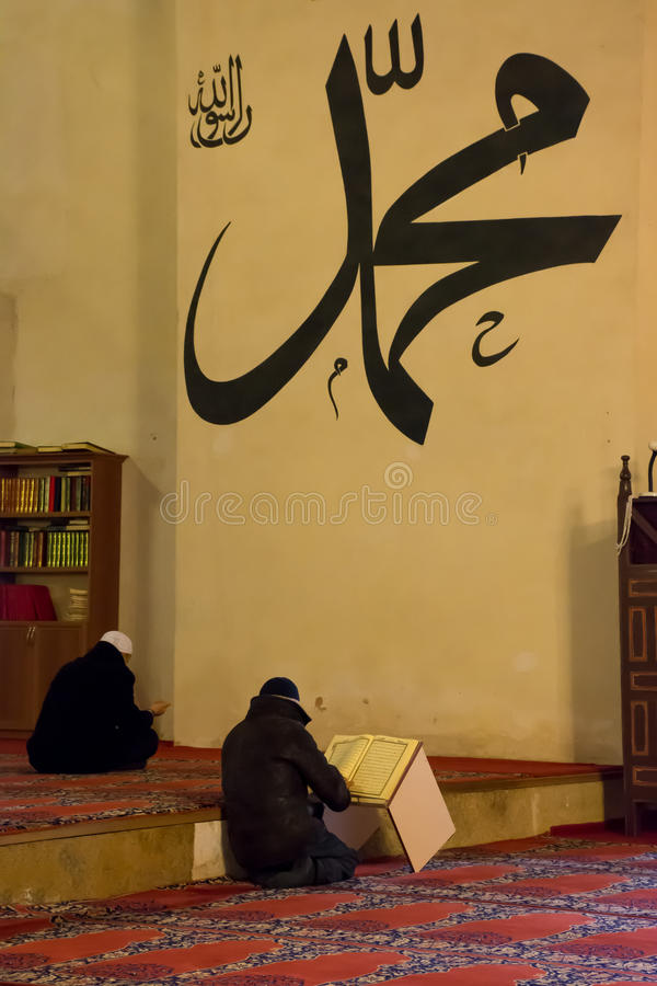Ono modli się w muslims meczetowych w Turcja zdjęcie royalty free