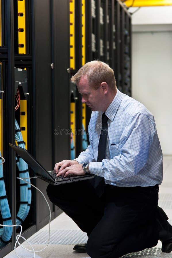 ONO technik z sieci wyposażeniem i laptopem zdjęcie royalty free
