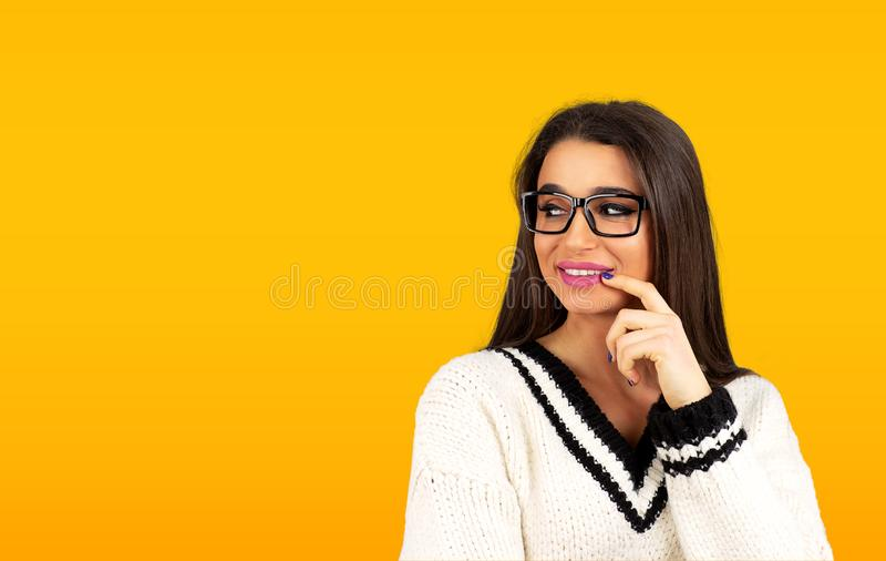 Ono uśmiecha się flirtujący kobiety patrzeje z ukosa z palcem na wargach obraz royalty free