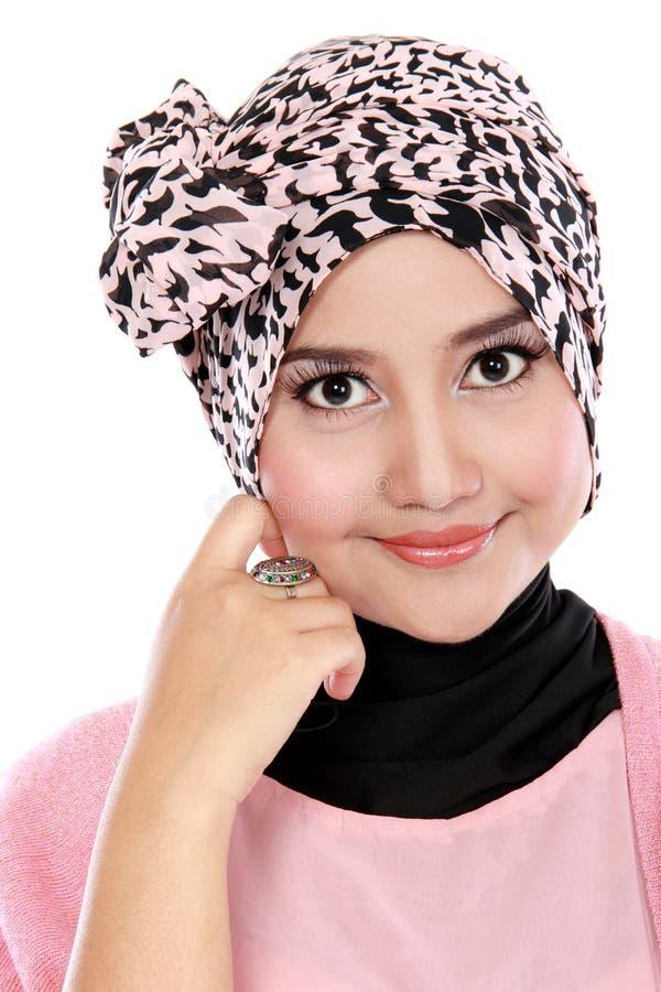 Ono uśmiecha się młoda azjatykcia muzułmańska kobieta w kierowniczym szalika uśmiechu zdjęcia stock