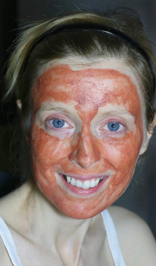 Ono uśmiecha się z twarzy maską fotografia royalty free