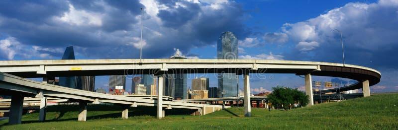 Ono wiadukt jest ono autostrady z Dallas linia horyzontu widoczny behind Autostrada wygina się wokoło i wi się w okręgu przed fotografia royalty free