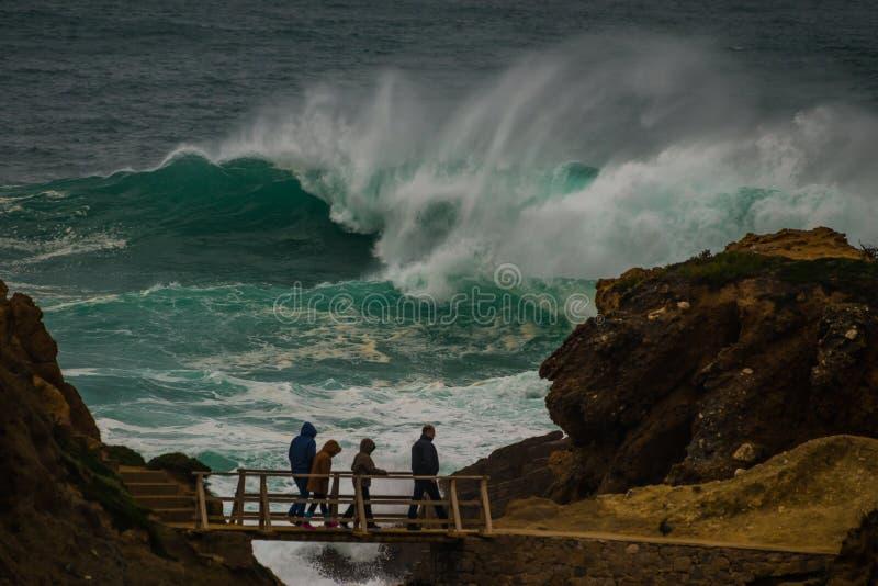 Onormal våg på kustlinjen i Portugal royaltyfri bild