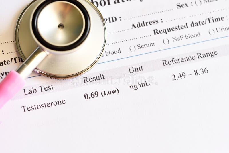 Onormalt lågt resultat för testosteronhormonprov arkivbilder