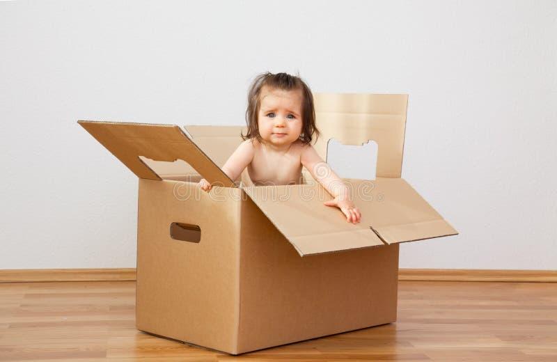 Onroerende goederen - beweging in nieuw huis stock afbeelding