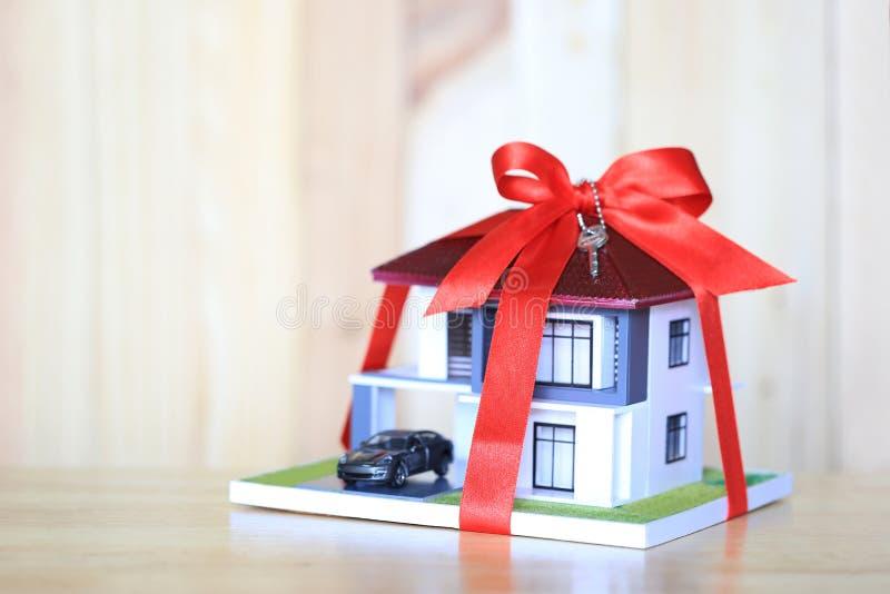 Onroerende goederen en concept van het Gift het nieuwe huis, Modelhuis met Rode ribbo royalty-vrije stock fotografie