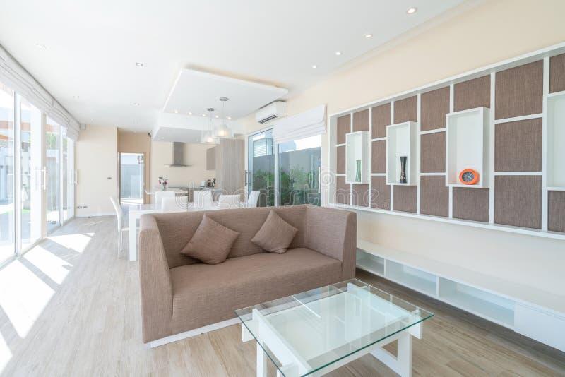 Onroerende goederen, luxe binnenlands ontwerp in woonkamer van poolvilla's Luchtige en heldere ruimte met hoog het opgeheven plaf royalty-vrije stock foto's