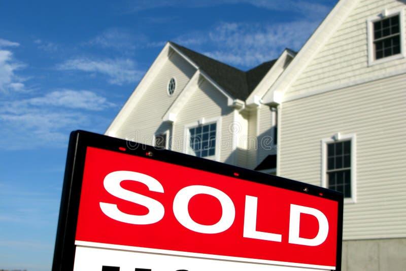 Onroerende goederen Verkocht Teken & Huis stock afbeelding