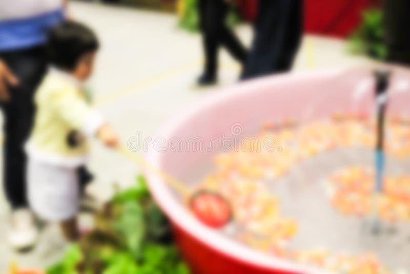 Onscherp defocused beeld van jong geitje die gelukkig krijgen trekken van po stock afbeelding
