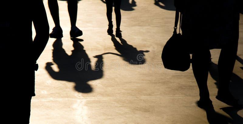 Onscherp schaduwsilhouet van vader en dochter die in menigte lopen royalty-vrije stock foto