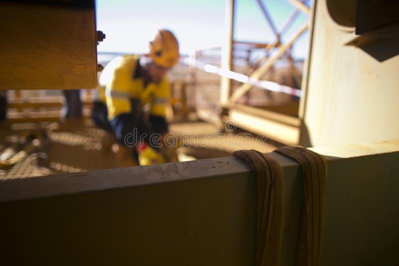 Onscherp van riggerbeeld die de gele opheffende slinger van de drie tonen Nylon vezel aansluiten in rond straalstructuur royalty-vrije stock fotografie