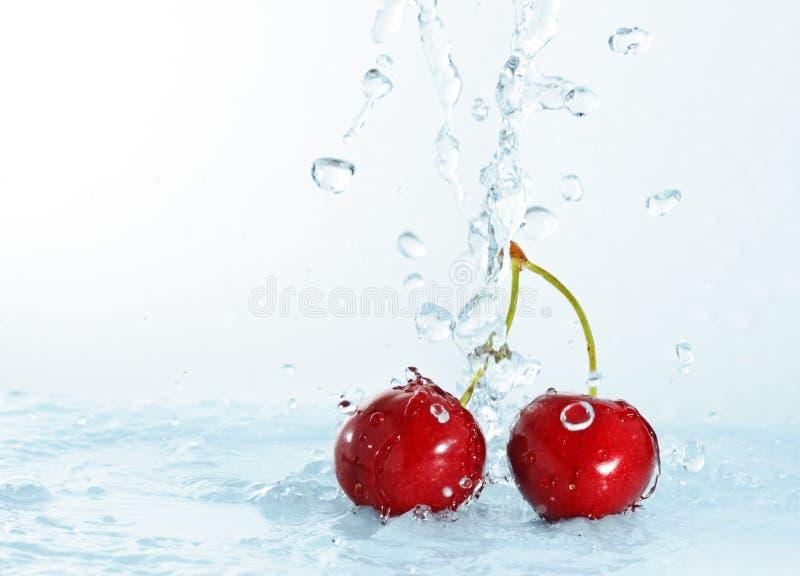Onscherp water dat op kersen wordt gegoten royalty-vrije stock foto