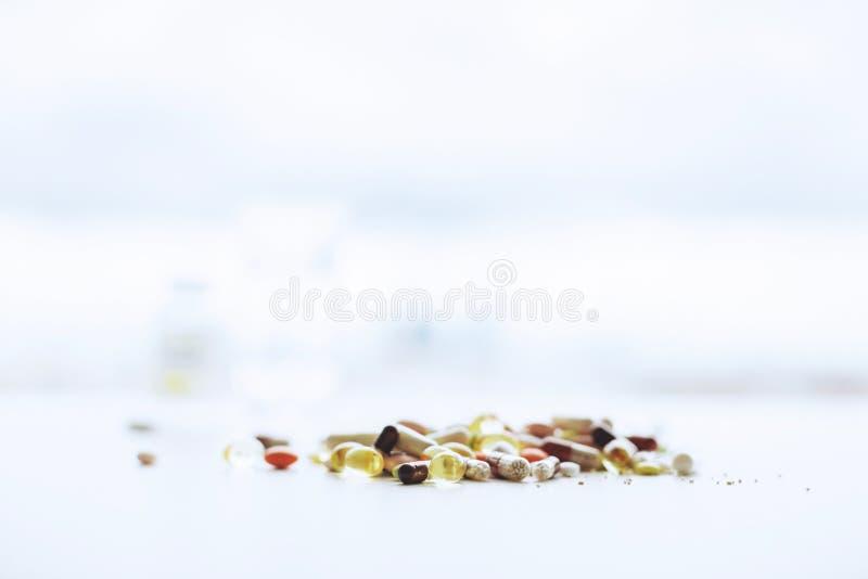 Onscherp wit bureau met pillen stock foto
