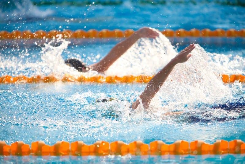 Onscherpe achtergrond van het water van de plonsdaling op zwemmend ras met swi royalty-vrije stock foto