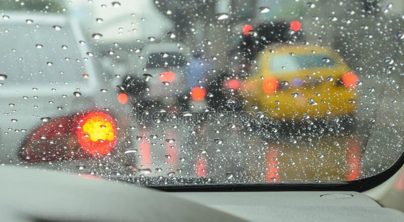 Onscherpe auto op weg in regenachtige dag royalty-vrije stock afbeelding