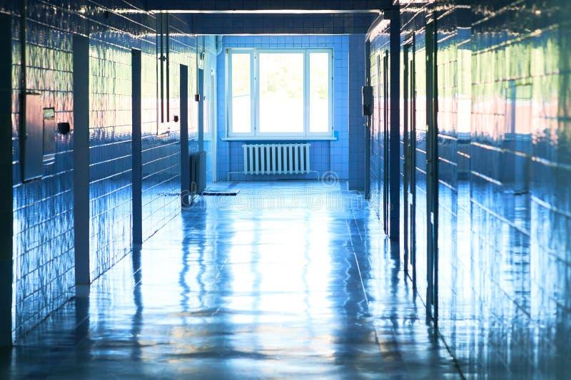 Onscherpe foto van de manier van de het ziekenhuisgang met heldere blauwe verlichting Witte vloer met koele toonkleur met lichte  royalty-vrije stock fotografie