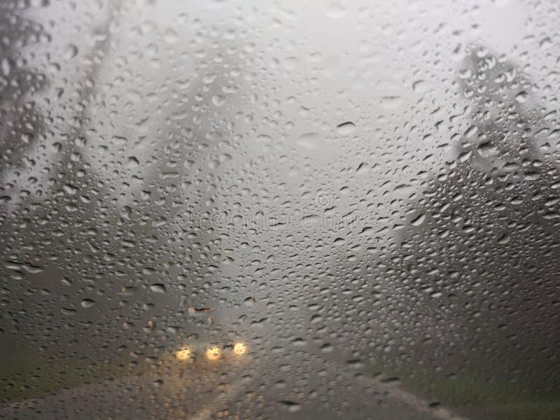 Onscherpe mening van het slechte weer van de plattelandsweg stock afbeelding