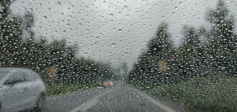 Onscherpe mening van het slechte weer van de plattelandsweg royalty-vrije stock afbeeldingen