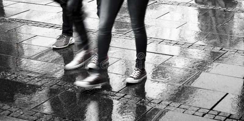 Onscherpe mensen op een regenachtige dag stock fotografie