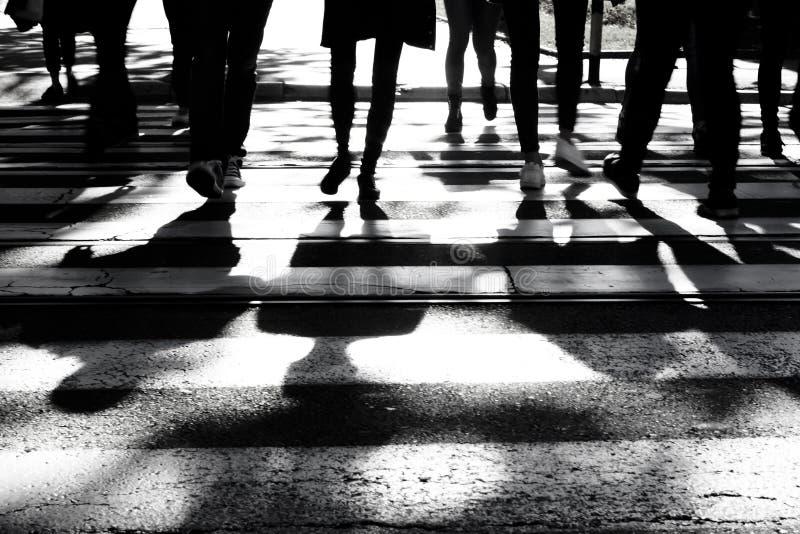 Onscherpe schaduwen en silhouetten van mensen op kruispunt stock afbeelding