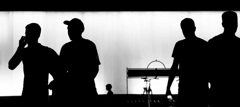Onscherpe silhouetten van jonge mensen die in de zwart-witte nacht lopen stock foto