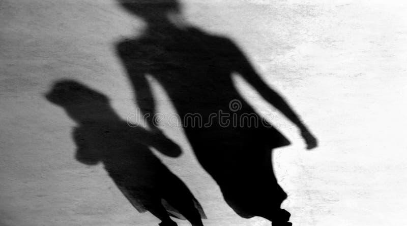 Onscherpe uitstekende schaduwensilhouetten van walkin moeder en dochter royalty-vrije stock fotografie
