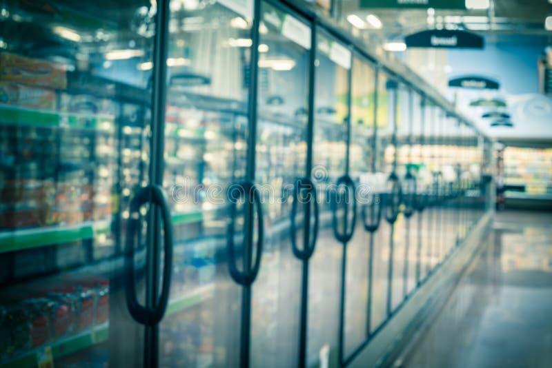 Onscherpe verscheidenheid als achtergrond van bevroren en verwerkt voedsel in diepvriezer bij Amerikaanse supermarkt stock foto's