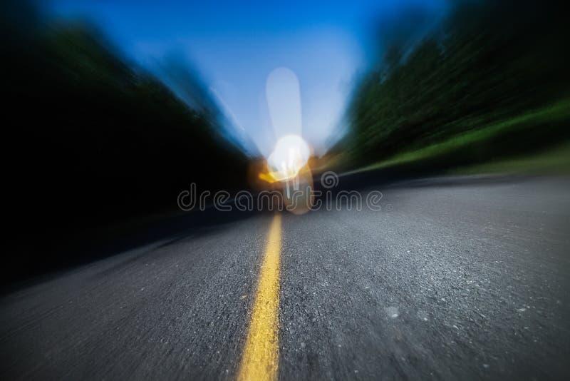 Onscherpe Weg bij Nacht. Het dronken Drijven, het Verzenden of ook wordt Vermoeid royalty-vrije stock foto's