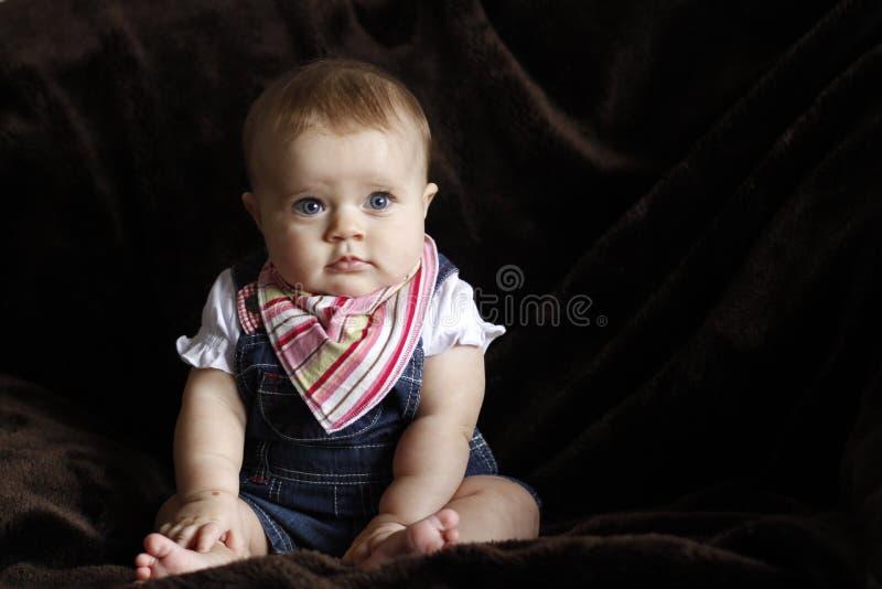 Onschuldig babyportret met blauwe ogen stock fotografie