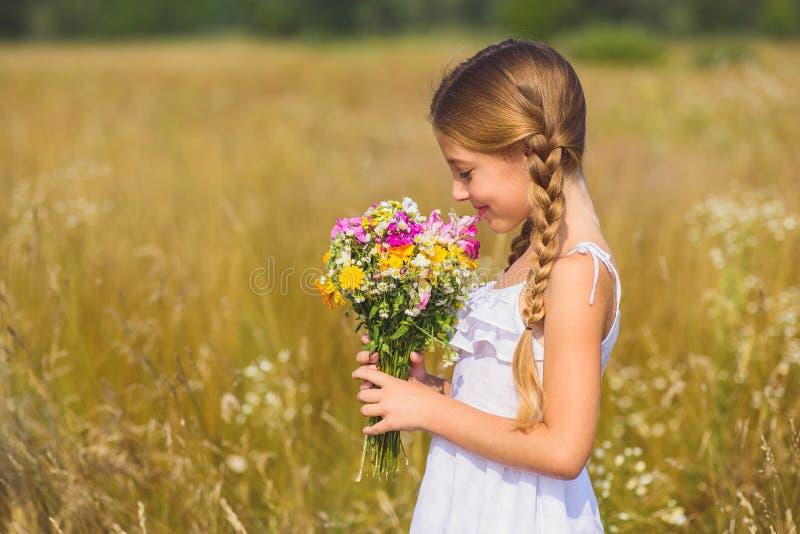 Onschuldig meisje die van geur van bloesems genieten stock foto's