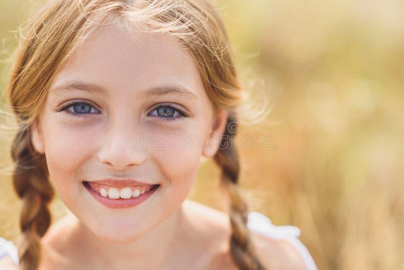 Onschuldig vrouwelijk kind die positieve emoties uitdrukken royalty-vrije stock foto